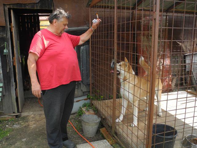 Na fotografii majiteľ psa Pavol Fódor so svojím psom Finom, ktorý sa pobil s líškou, ktorá bola nakazená besnotou