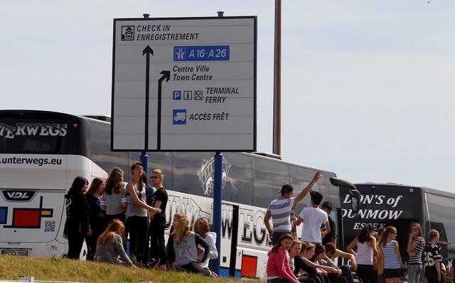 Na snímke cestujúci smerujúci do Anglicka čakajú pred trajektovým terminálom v prístavnom meste Calais na severe Francúzska