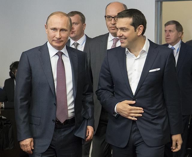 Na snímke ruský prezident Vladimir Putin (vľavo) a grécky premiér Alexis Tsipras (vpravo)