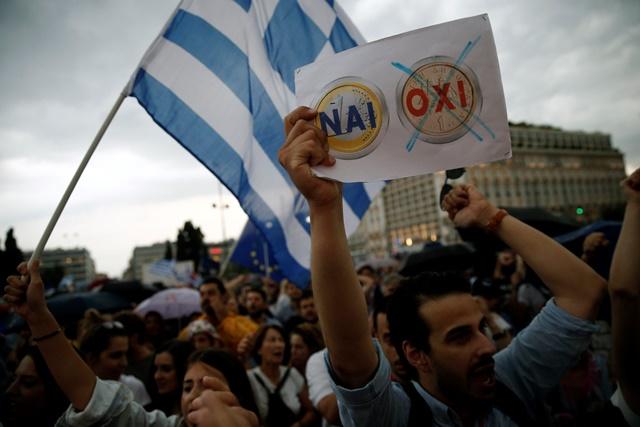 Na sníme demonštrant počas zhromaždenia, ktoré zorganizovali stúpenci za áno na blížiace sa referendum  v Aténach