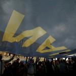 Na snímke demonštranti držia vlajku Európskej únie a slovom áno počas zhromaždenia, ktoré zorganizovali stúpenci za áno na blížiace sa referendum  v Aténach