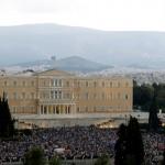 Na snímke demonštranti počas zhromaždenia, ktoré zorganizovali stúpenci za áno na blížiace sa referendum  v Aténach