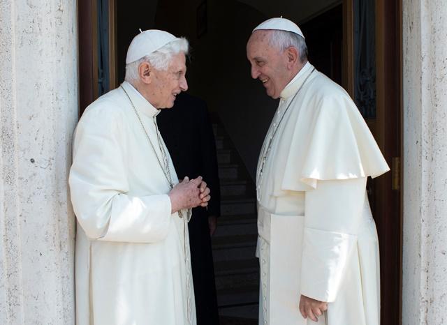Na snímke pápež František (vpravo) víta emeritného pápeža Benedikta XVI.