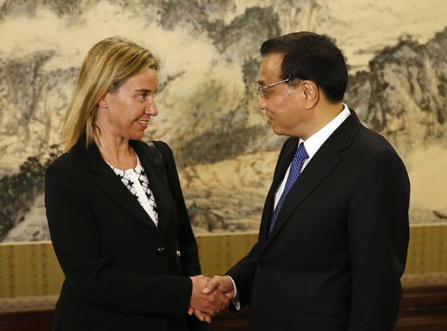 Na snímke šéfka európskej diplomacie Federica Mogheriniová (vľavo) a čínsky premiér Li Kche-čchiang (vpravo)