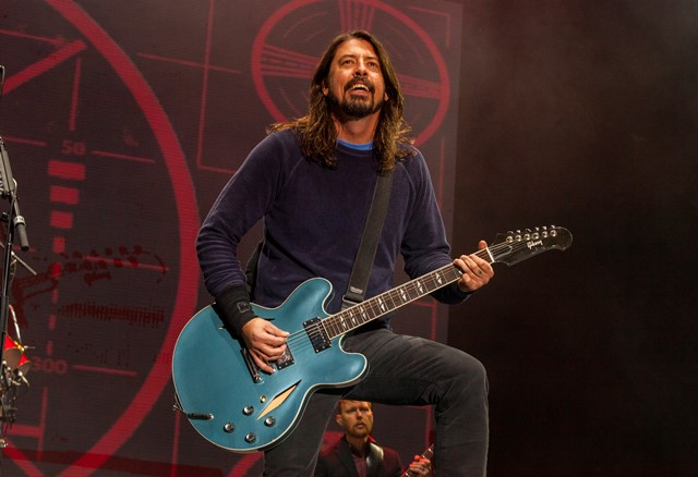 Na snímke spevák americkej rockovej formácie Foo Fighters Dave Grohl