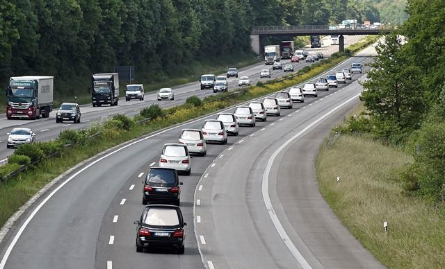 Na snímke konvoj pohrebných áut na diaľnici pri nemeckom Duisburgu vezie pozostatky 16 školákov, obetí leteckého nešťastia lietadla spoločnosti Germanwings