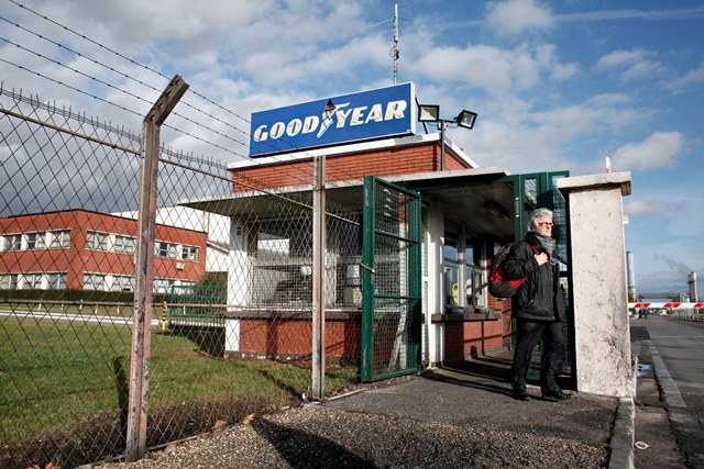 Na snímke zamestnanec odchádza zo závodu na výrobu pneumatík Goodyear