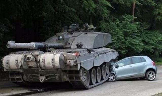 Hrozivá nehoda britského tanku s osobným automobilom