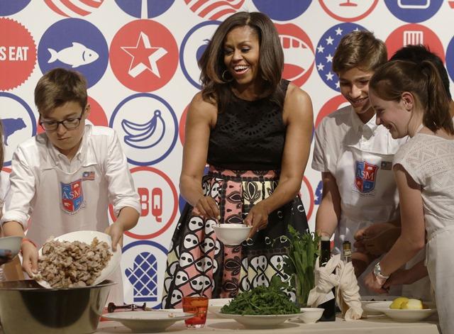 Na snímke prvá dáma USA Michelle Obamová (uprostred)