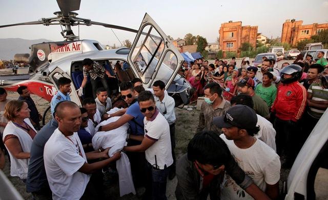 Na snímke záchranári vynášajú telo z helikoptéry počas príchodu do nemocnice