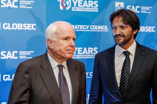 Na snímke vľavo senátor Arizony John McCain a vpravo minister vnútra SR Robert Kaliňák