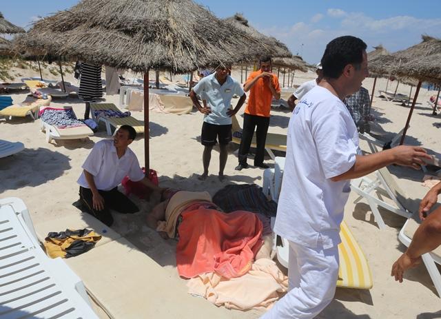 Na snímke ošetrovanie zranenej osoby po teroristickom útoku na pláži v hoteli Imperial Marhaba neďaleko tuniského mesta Súsa
