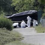 Na snímke forenzní technici prehľadávajú miesto činu