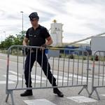 Na snímke policajt hliadkuje pred továrňou