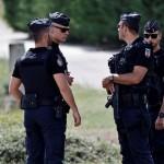 Na snímke policajti hliadkujú pred továrňou