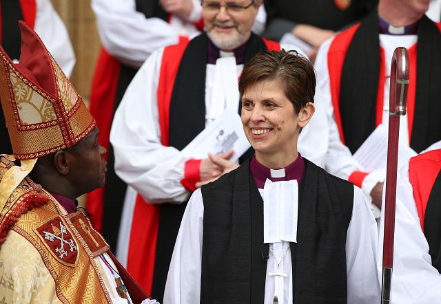 Na snímke reverendka Libby Laneová sa usmieva po jej vysvätení za biskupku
