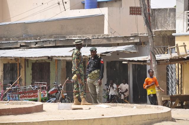 Na snímke príslušníci bezpečnostných síl hliadkujú na mieste bombového výbuchu na trhu