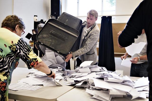 Na snímke členovia volebnej komisie sčítavajú hlasy vo volebnej miestnosti v Kodani