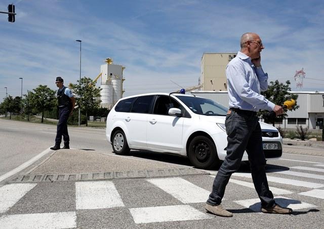 Na snímke policajt hliadkuje pred továrňou vo francúzskom meste Saint-Quentin-Fallavier
