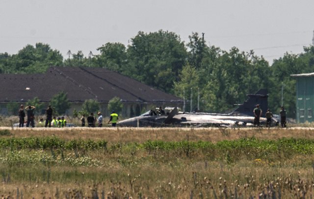 Na snímke vojenskí experti skúmajú stihacie lietadlo maďarského vojenského letectva JAS-39 Gripen na leteckej základni v Kecskeméte