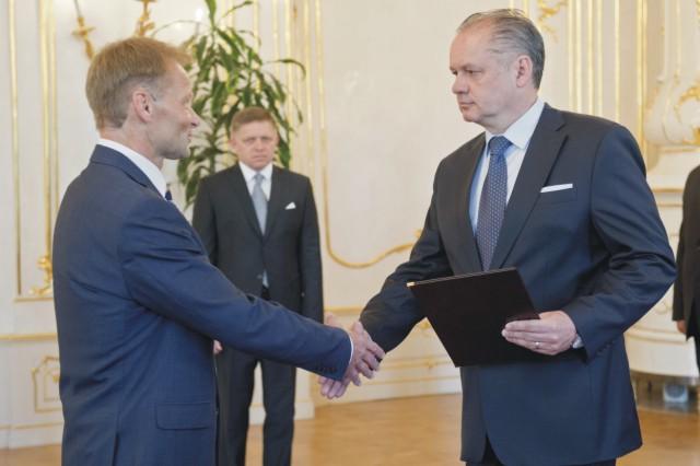 Prezident Andrej Kiska (vpravo) vymenoval za ministra hospodárstva SR Vazila Hudáka (vľavo) 16. júna 2015 v Bratislave. Uprostred predseda vlády Robert Fico