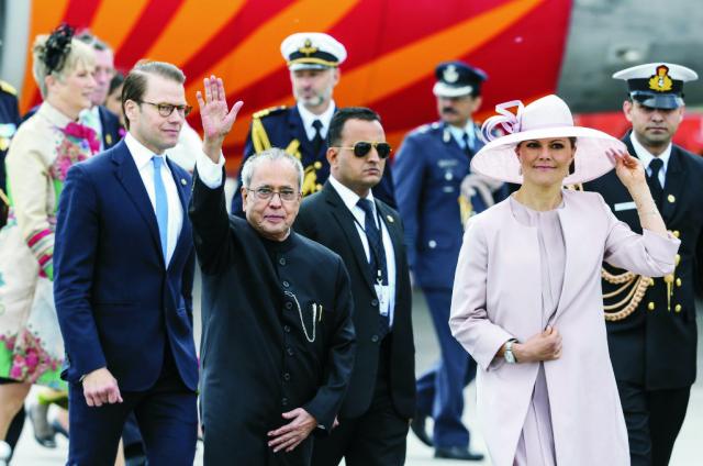 Indického prezidenta Pranába Mucherdžího (v popredí) privítala dnes popoludní na letisku v Štokholme korunná princezná Victoria (vpravo) s manželom Danielom (vľavo)