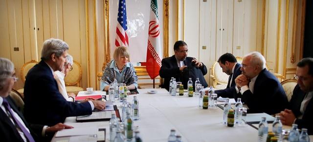 Na snímke iránsky minister zahraničných vecí Mohammad Džavád Zaríf (druhý sprava) a jeho americký rezortný kolega John Kerry (druhý zľava) počas rokovania o finálnej dohode o jadrovom programe Iránu  vo Viedni