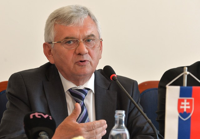 Na snímke minister pôdohospodárstva a rozvoja vidieka SR Ľubomír Jahnátek