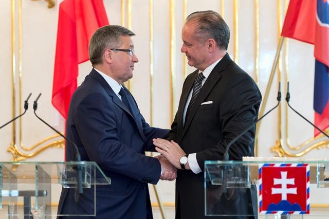Na snímke vpravo prezident SR Andrej Kiska a vľavo prezident Poľskej republiky Bronislaw Komorowski