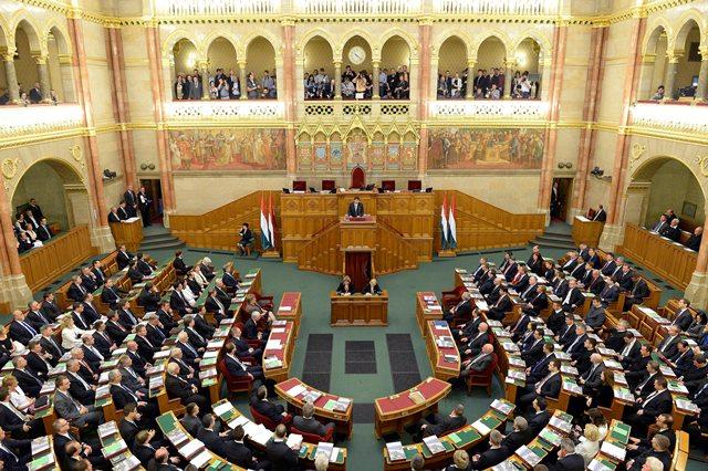 Na snímke poslanci maďarského parlamentu