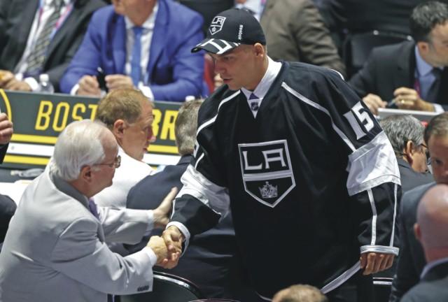 Košický obranca Erik Černák si podáva ruky s predstaviteľmi klubu Los Angels Kings, ktorý si ho vybral zo 43. miesta v druhom kole vstupného draftu zámorskej hokejovej NHL v Sunrise 27. júna 2015. Černák je tak najvyššie draftovaným slovenským hokejistom v NHL za rok 2015