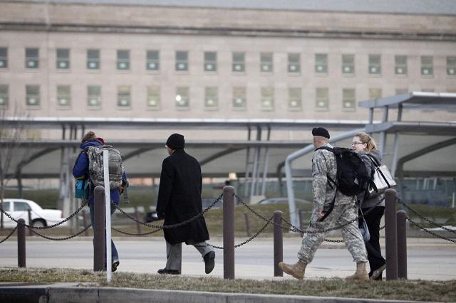 Ľudia kráčajú k budove Pentagonu