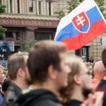Na snímke protestujúci  nesú aj slovensku vlajku
