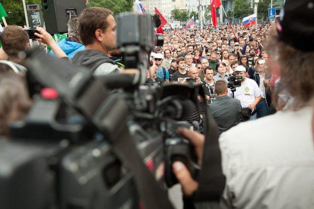 Na snímke fotografi a kameramani snímajú dav