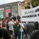Na snímke demonštranti s transparentmi
