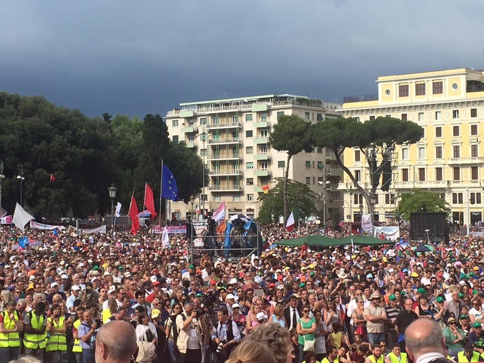 Na snímke demonštranti z manifestácie proti gender ideológii v Ríme