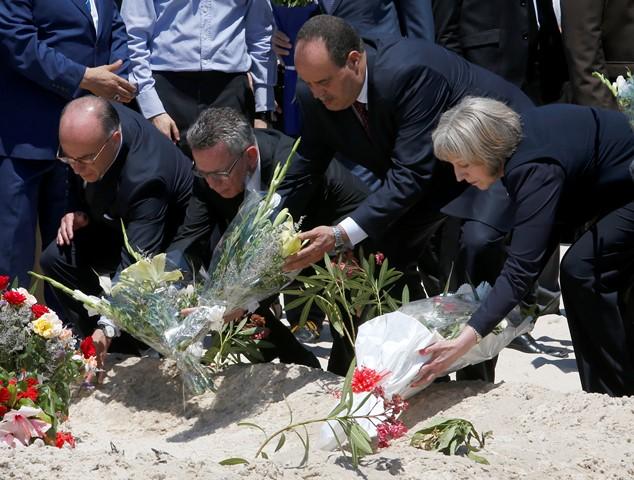 Na snímke sprava britská ministerka vnútra Theresa Mayová, tuniský minister vnútra Nadžím Gharsalli, jeho nemecký  rezortný kolega Thomas de Maiziere a francúzsky minister vnútra Bernard Cazeneuve kladú kytice kvetov na pláž hotela Imperial Marhaba v letovisku Súsa (Sousse)