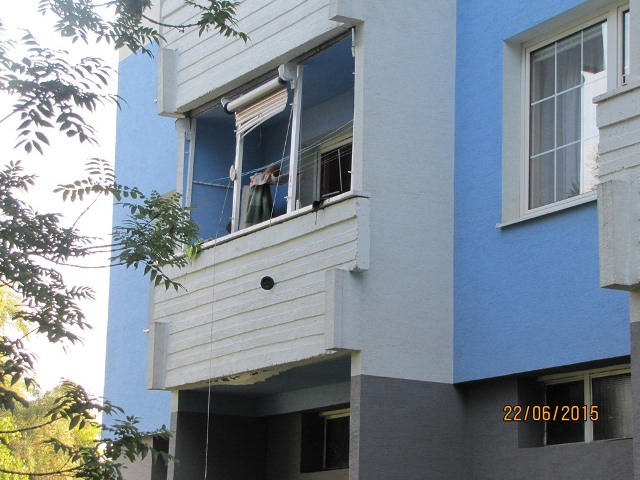 Na snímke výbuchom zasiahnutý balkón na Malinovského ulici v Partizánskom