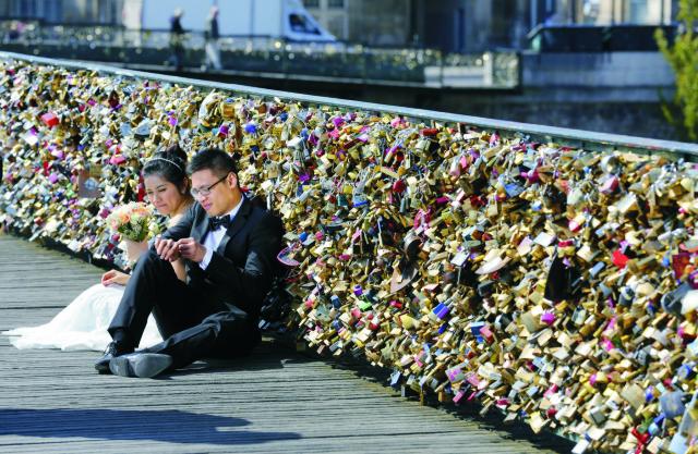 Na archívnej snímke mladomanželia na moste Pont des Arts
