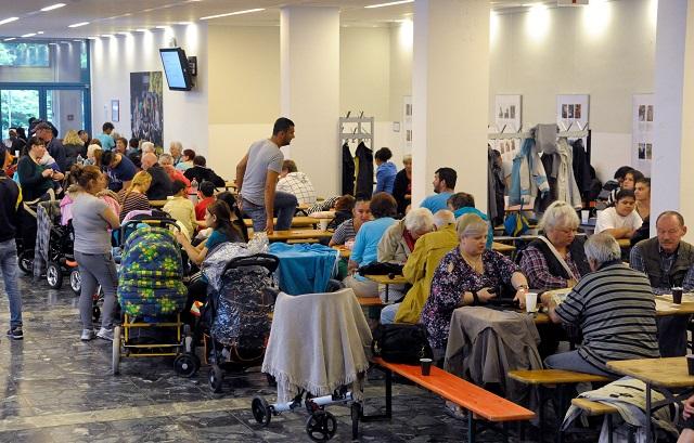 Ľudia čakajú v miestnosti po evakuácii v nemeckom Langenhagene