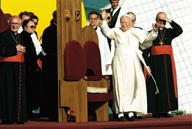 Na archívnej snímke pápež Ján Pavol II.(uprostred) stojí na pódiu, vľavo kardinál Ján Chryzostom Korec, vpravo Jozef kardinál Tomko, prefekt Kongregácie pre evanjelizáciu národov vo Vatikáne
