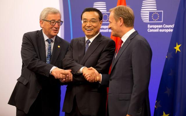 Na snímke čínsky premiér Li Kche-čchiang (uprostred), predseda Európskej rady Donald Tusk (vpravo) a predseda Európskej komisie Jean-Claud Juncker