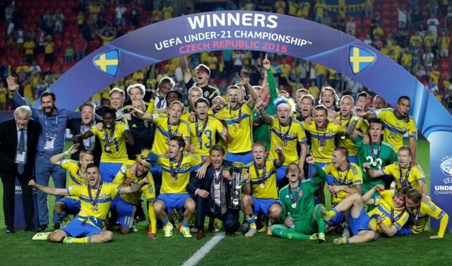Na snímke švédski futbalisti oslavujú zisk premiérového titulu na futbalových ME hráčov do 21 rokov