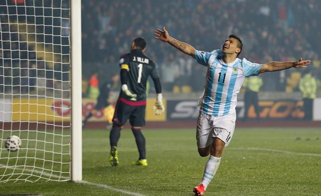 Na snímke argentínsky hráč Sergio Aguero sa teší po strelení gólu