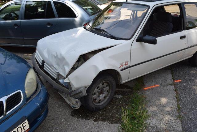 Na snímke poškodený automobil