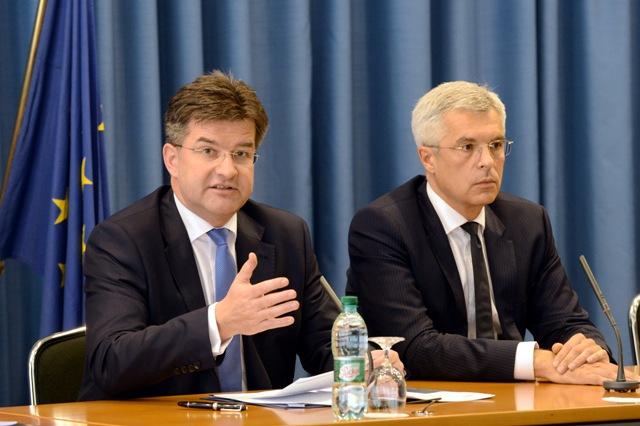 Na snímke podpredseda vlády a minister zahraničných vecí a európskych záležitostí SR Miroslav Lajčák (vľavo) a stály predstaviteľ SR pri EÚ Ivan Korčok