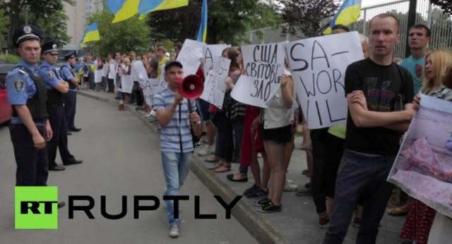 Včera asi 500 obyvateľov Kyjeva protestovalo pred veľvyslanectvom USA v Kyjeve