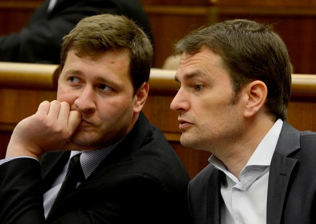 Na snímke vpravo predseda OĽaNO Igor Matovič a vľavo jeho stranícky kolega Miroslav Kadúc