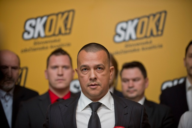 Na snímke uprostred predseda strany SKOK Juraj Miškov