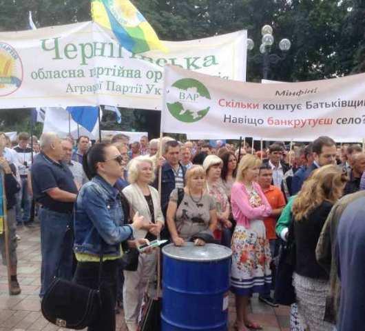 Včera pred budovou ukrajinského parlamentu bolo rušno, hlučno a veselo